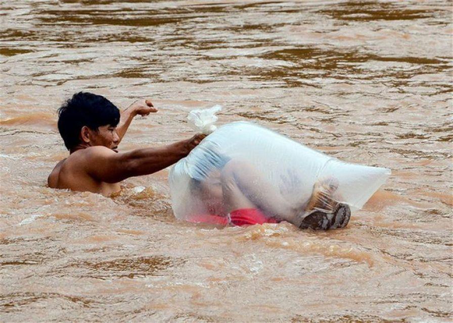 原创 心酸的操作!蹲进塑料袋中过河,越南山区学生艰难上学路