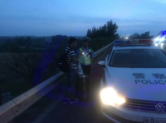 小伙來山東青島打工卻在高速路上下錯車 同三交警伸援手暖心救助