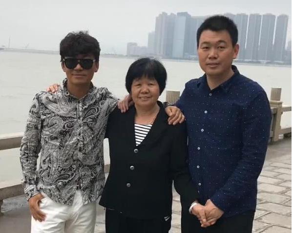 網曝王寶強母親因病去世今日出殯 送別村民人山人海