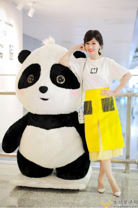 牛站娱乐:赵雅芝与熊猫合影,为地震灾区送去祝福