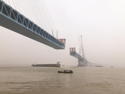 沪通长江大桥主塔全部建成 明年竣工通车后从南通乘火车一小时可达