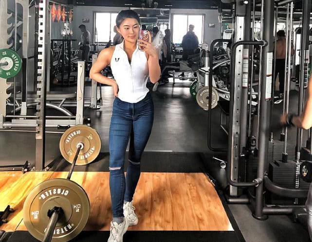 女大學生為走上健美之路,每天吃5頓,一年時間扁平身材變凹凸!