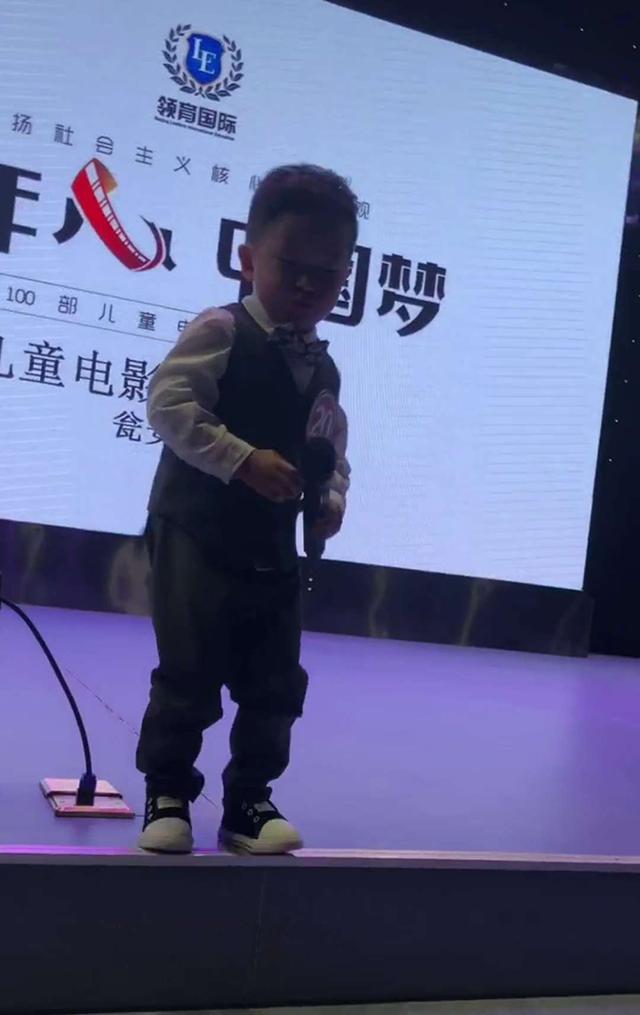原创             儿子参加电影演员选拔,上台后表演找妈妈,评委们都忍不住笑抽了