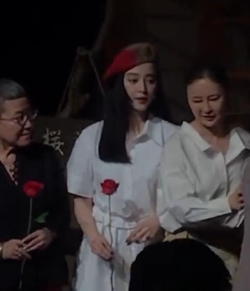 范冰冰开怀大笑,主动搀扶白发老人上台,手持玫瑰走出阴霾 作者: 来源:芒果捞娱乐学妹