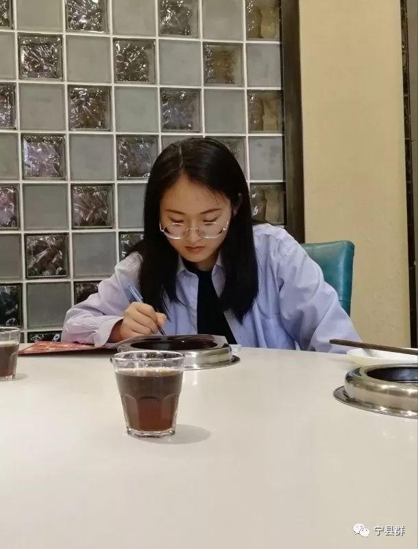 弥戈瑶来自教师家庭,爸爸宁县中村初中教师,妈妈宁江初中教师.