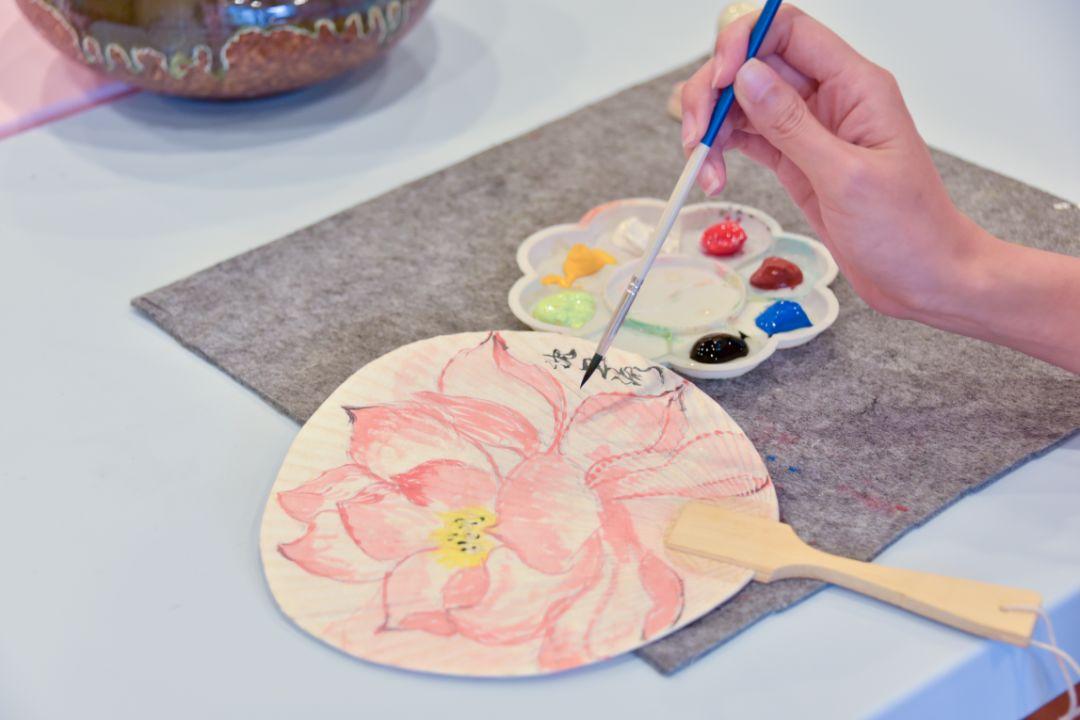 在空白的扇面上,发挥无限想象,创意diy,画出自己喜爱的图案吧 拼豆豆
