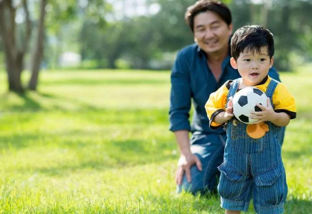 原創             1歲寶寶陪媽媽健身,小娃接下來憨態可掬的動作,讓爸媽笑噴了