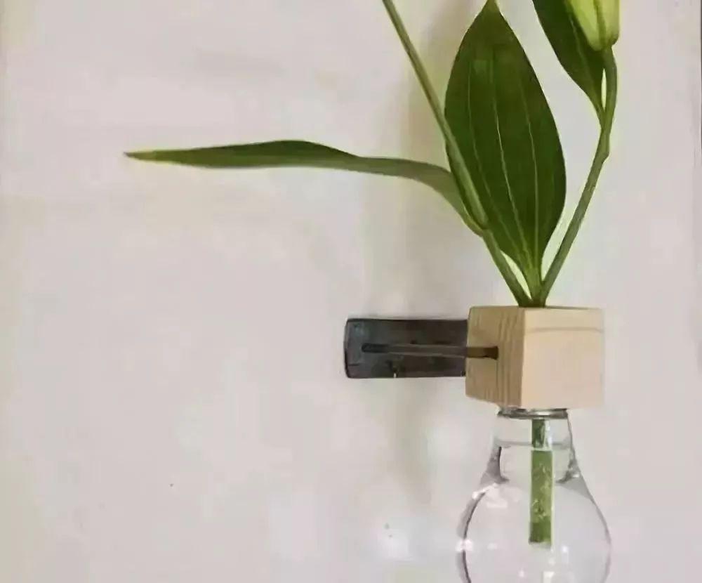 这样的小花瓶摆在家中,平添了一份艺术气息.