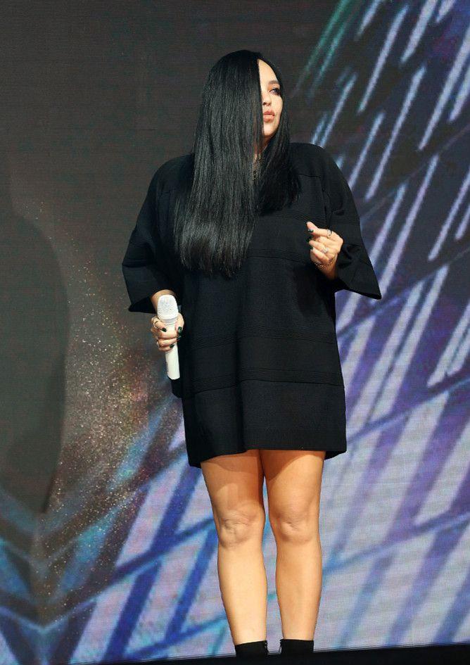47岁张惠妹黑裙现身活动,体型圆润丰满,丝毫不影响歌后气质!