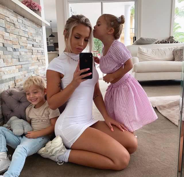 健身辣媽在家帶倆娃,抽空還鍛煉,身材保養的似少女!
