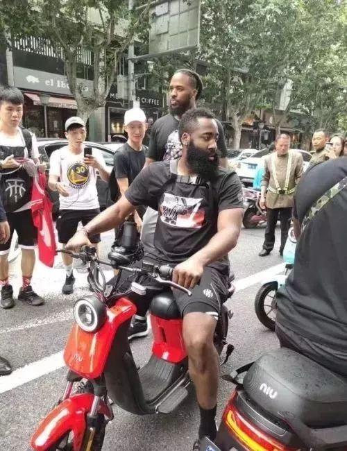 哈哈哈哈……NBA着名球星哈登被华夏交警拦下!