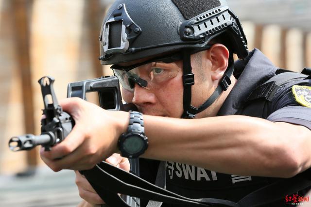 """从观察员到黑豹突击队长""""李建华:一名成都特警的人生突击"""