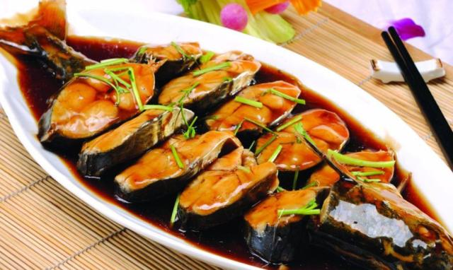 """炖鲅鱼多做""""这一步"""",鱼肉不容易松散,味道也很香"""
