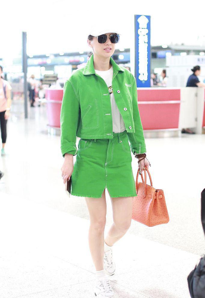 <b>黄圣依36岁了又如何?白T恤配绿色套装清新又亮眼,依旧美如少女</b>