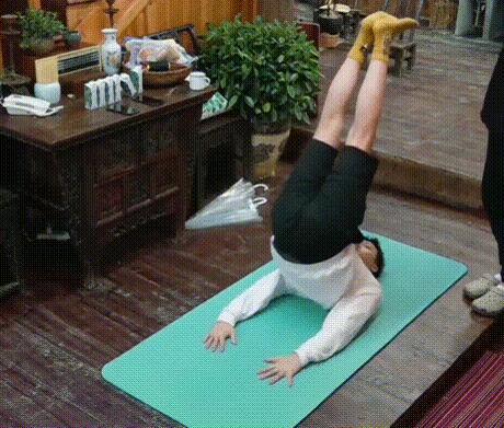 <b>《向往的生活》彭昱畅减肥动作怎么做陈伟霆亲自给他做示范!</b>