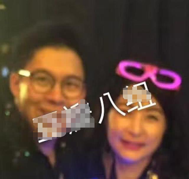 霍启刚开生日派对戴爆*炸头套唱嗨,妻子郭晶晶戴发光眼镜秒变歌迷 娱乐八卦 第4张