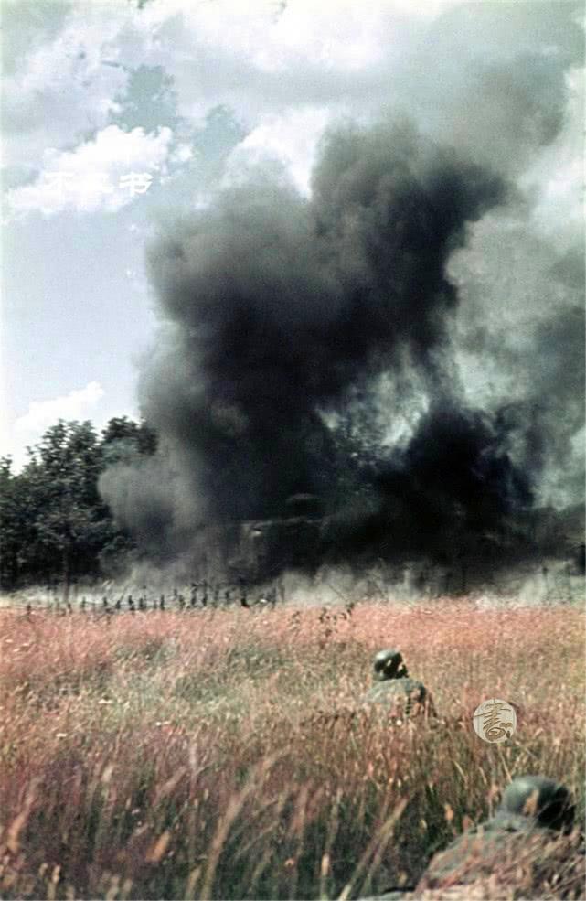二战老照片:一路入侵疯狂的德军、家园被烧毁的苏联平民满面悲伤