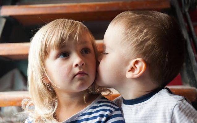 6岁男孩亲吻女孩,被家长骂成流氓,不会正确表达爱不是小题大做