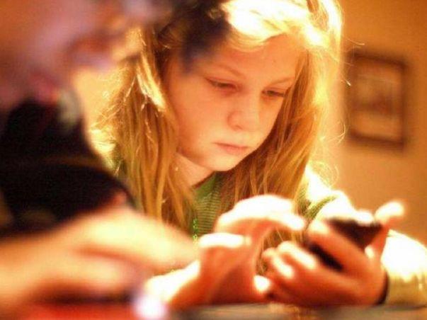 """妈妈,我玩一会手机"""",这位妈妈的回答很机智,确实值得借鉴"""