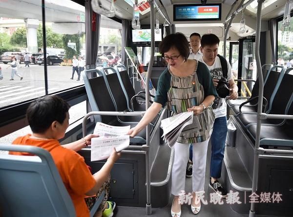 每天下午4时起,上海49路公交车赠阅200份《新民晚报》