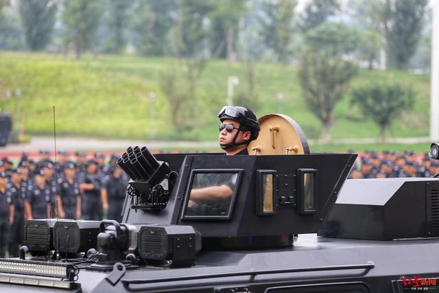 <b>超燃!精准狙击、无人机侦察抛弹...成都公安上演超千人实弹演练</b>