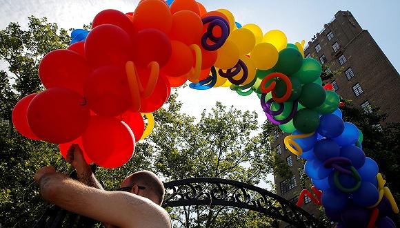 """紀念""""石墻""""50周年:15萬人參加紐約同性戀驕傲游行"""