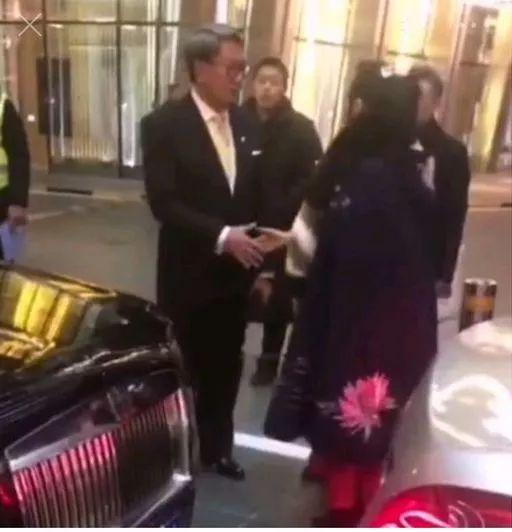女明星开迈巴赫撞劳斯莱斯,握手言和网上爆红!现在她被告了…