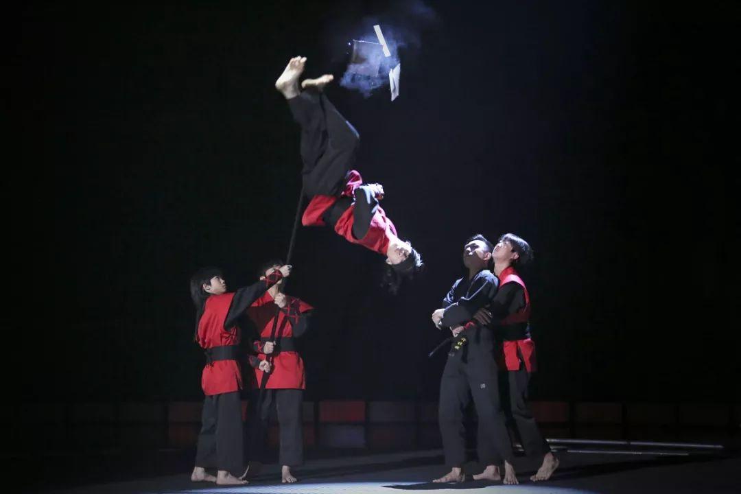 《百变达人》升级竞演秀|自古英雄出少年,龙拳组合完成高空盲踢惊艳全场