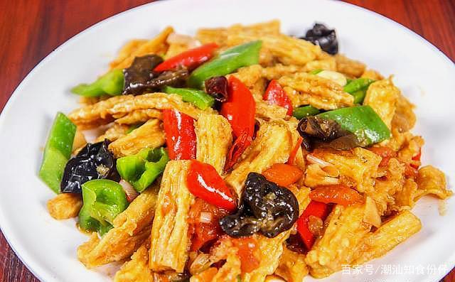 <b>厨师长教你烧腐竹的家常做法,烧出来的腐竹金黄酥脆,比肉都香</b>