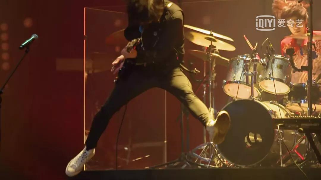 当年过40岁的彭磊拿着吉他跳起来的那一刻,世纪末的疯魔感全回来了.图片