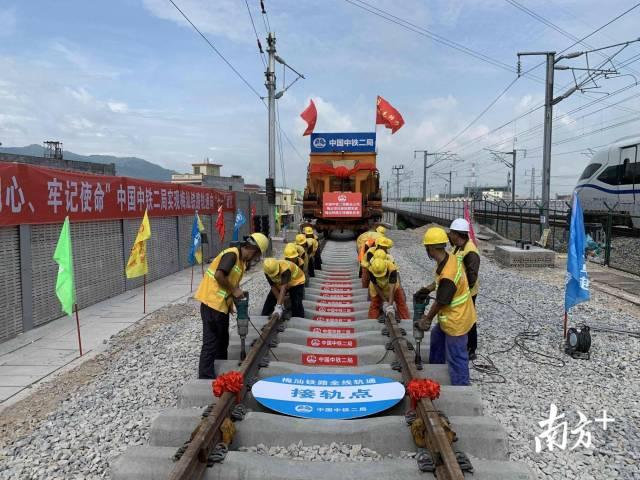 梅汕铁路全线铺轨完成,高铁年内开进客都