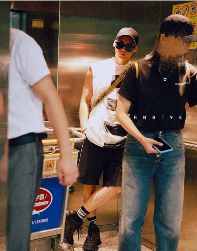 李易峰穿背心亮相机场超酷,手臂成亮点惹粉丝疯狂:拿铁哥帅到炸