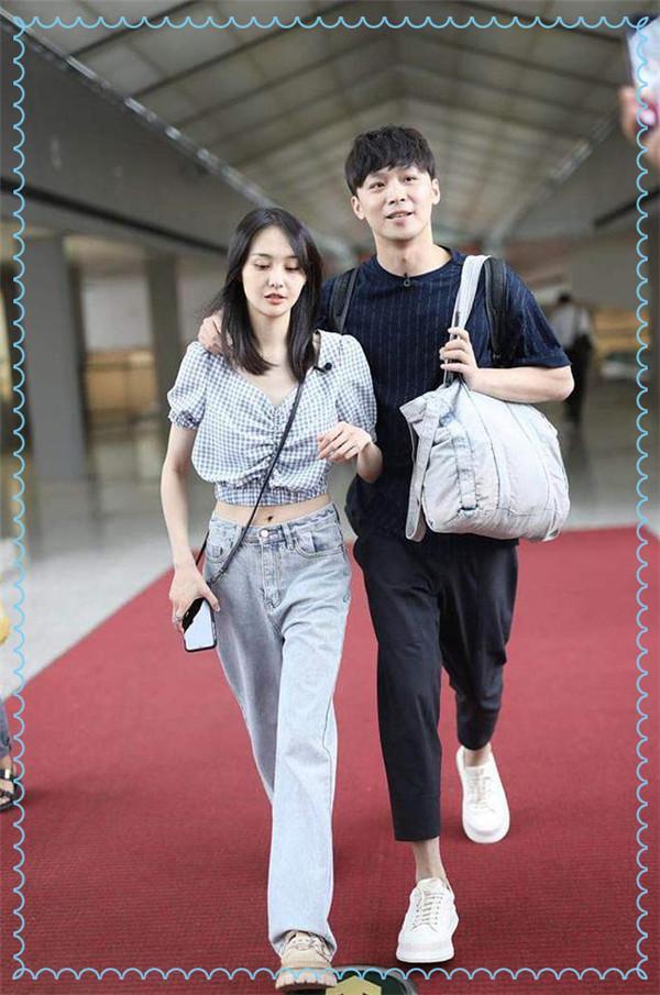 当郑爽和宋妍霏同穿露脐衬衫,终于知道辣妹和淑女的差距有多大了