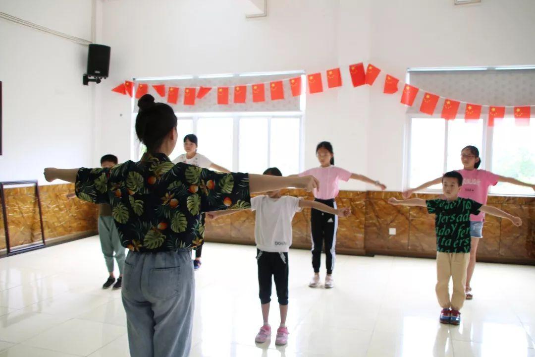 孩子们有的画画 有的跟着老师学习折纸 有的制作灯笼 在艺术中成长 第图片