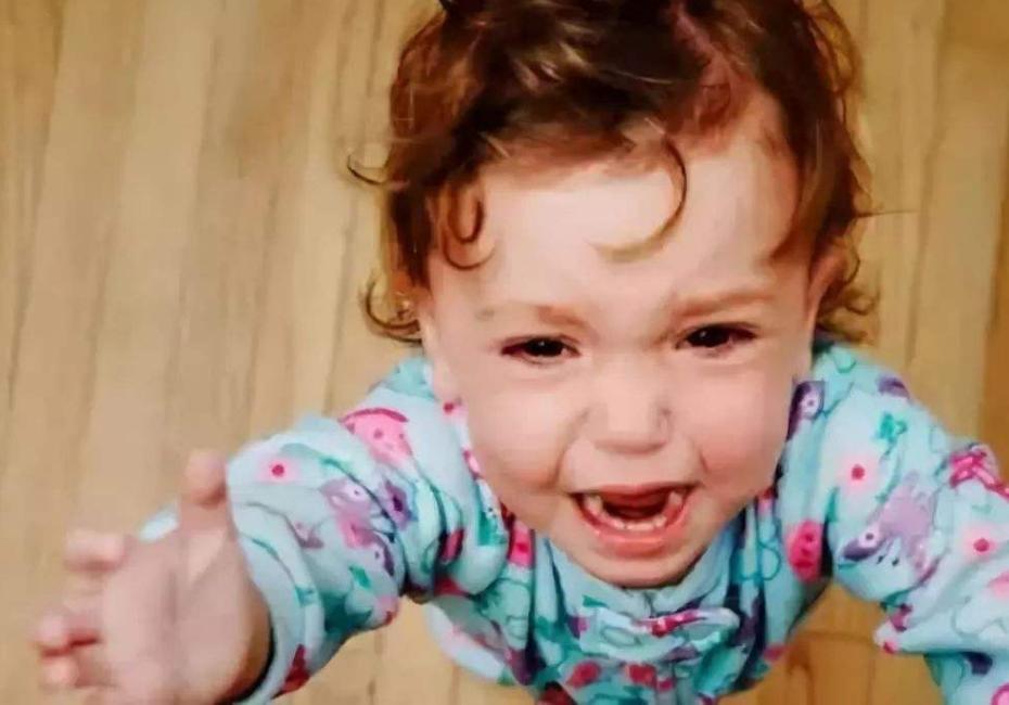 孩子一出门就要大人抱,太娇气了么?可能你真的误会宝宝了
