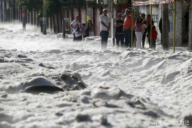 墨西哥遭遇罕见的大冰雹袭击,街道上的冰雹超过了一米高