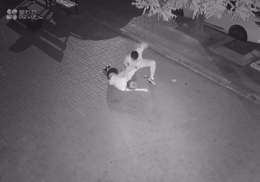 恐怖!女子深夜遭殴打扒衣拖行,以后男的可得注意了_Thana