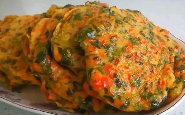 1根胡萝卜、1把芹菜叶、2个香菇、1碗面粉,做出的早餐饼超有营养