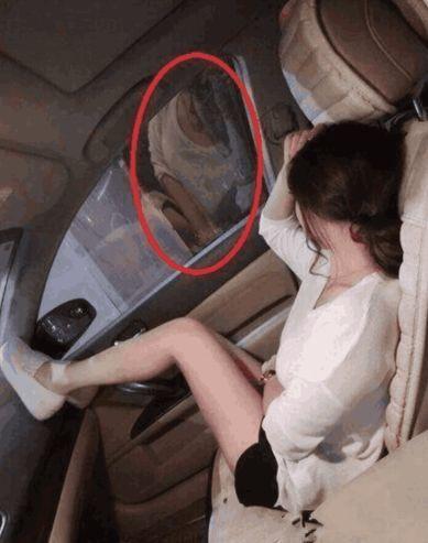 妹子,长点心吧,你这车窗是透明的,旁边的人看着你呢,不尴尬吗