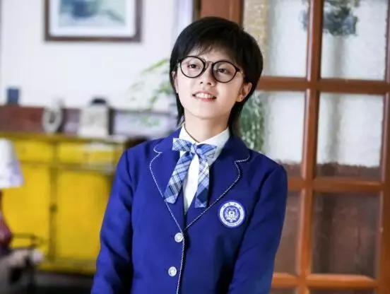 在《少年派》里,赵今麦饰演的林妙妙,一头短发,还有一副厚厚的黑框图片