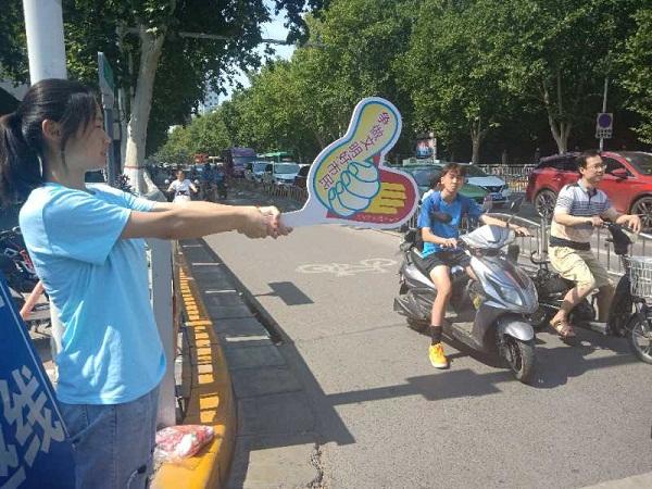 河南農業大學林學院赴鄭州城市志愿服務宣傳實踐團舉行文明交通勸導活動