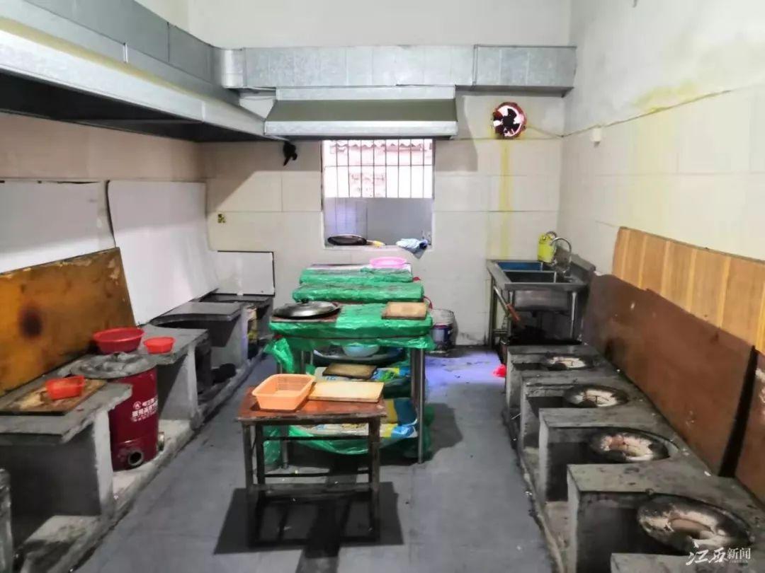 """江西一医院旁的""""抗癌厨房"""",自备食材炒菜,只需一元钱"""