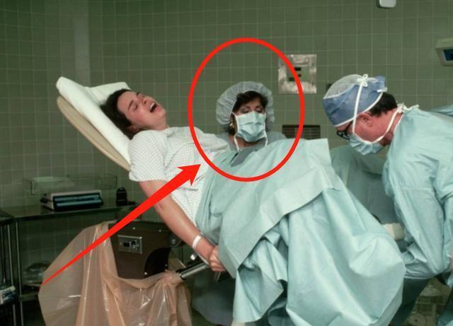 為什么孕婦順產爸爸能在旁觀看,而剖腹產就不行?醫生說出實話