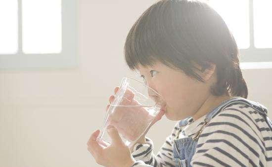 夏天這3個時間別讓孩子喝水,易積食還不利於脾胃,別再做錯了!