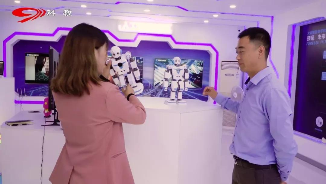 玩转人工智能 专业电子竞技,四川新华电脑学院 C位出道