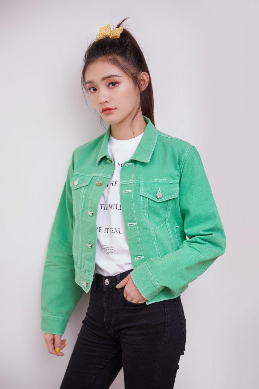 23岁林允穿绿色外套扎黄色蝴蝶结,整个人青春洋溢