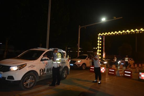 鹤壁交警集中开展夏季夜查专项行动