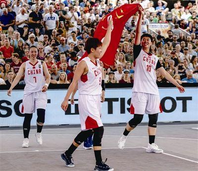 2米高女篮巨人郑海霞与北大教化孔庆东合影两人看着差不多高