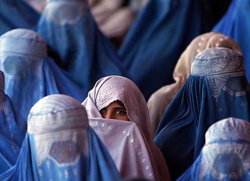 阿富汗塔利班政權的高等教育部長哈卡尼(Abdul Baqi Haqqani)宣佈,女性可以上大學,但不能跟男性一起上課,課堂將用簾子做區隔;並強制要求女生配戴頭巾(hijabs)。