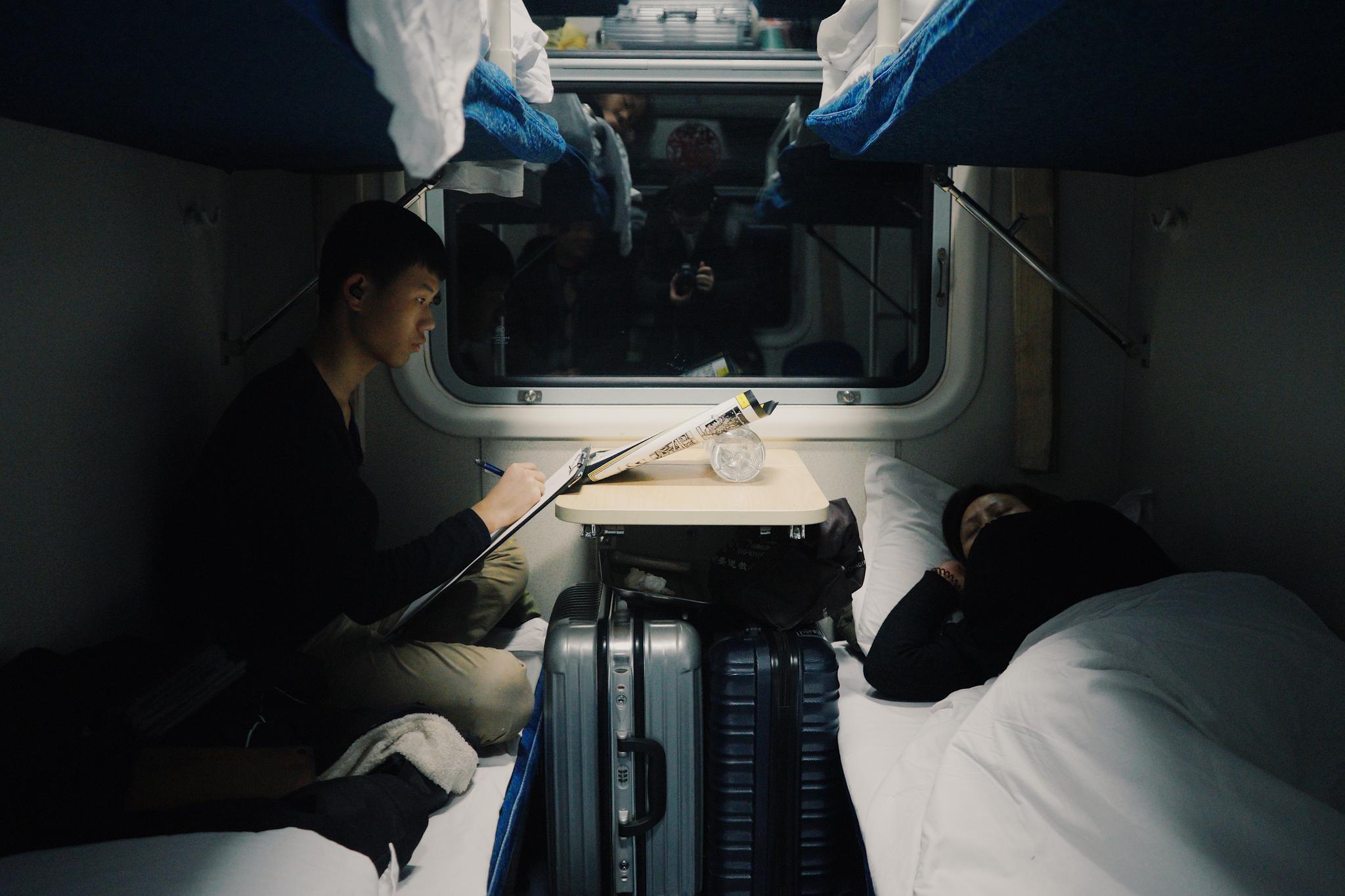 火车硬卧车厢内部图片